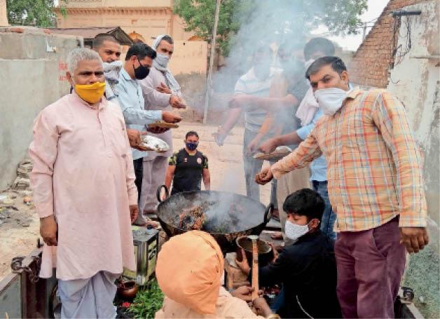 कलानौर के निगाना गांव में हवन-यज्ञ की धुनी देते ग्रामीण।