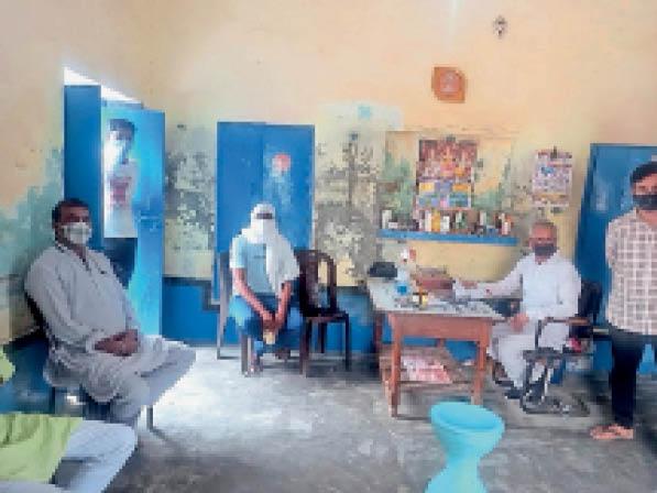 चौपटा। नाथूसरीकला में आरएमपी डॉक्टर के पास दवाई लेते ग्रामीण। - Dainik Bhaskar