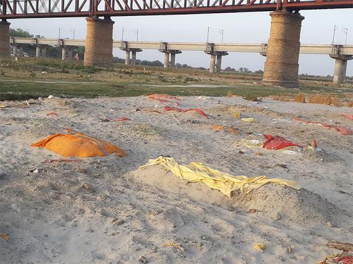 यह तस्वीर प्रयागराज के श्रृंगवेरपुर घाट की है जहां हजारों की संख्या में शव दफन हैं।