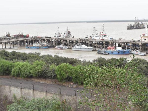 खतरे के चलते पोर्ट खाली कराकर बोट और नावें सुरक्षित जगहों पर रख दी गई थीं।