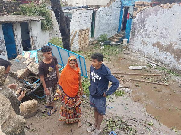 ऊना में तूफान ने उजाड़ दिया आशियाना, पानीपुरी का ठेला लगाने वाली विधवा महिला ने दो बेटों के साथ एक कोने में छिपकर बचाई जान|गुजरात,Gujarat - Dainik Bhaskar