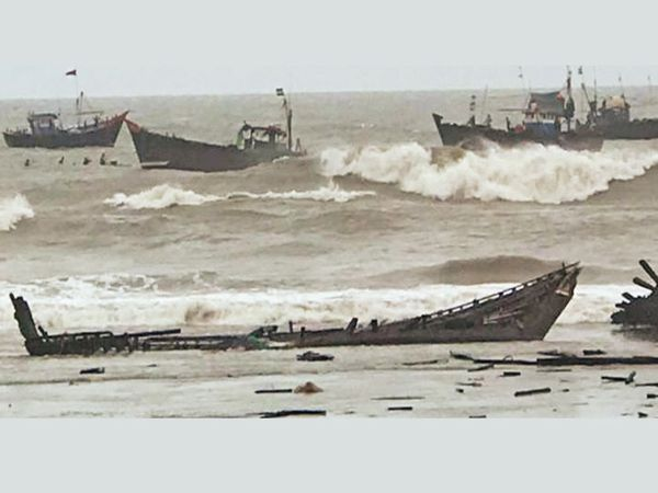 नावें रस्सी तोड़कर समुद्र में बह गईं।