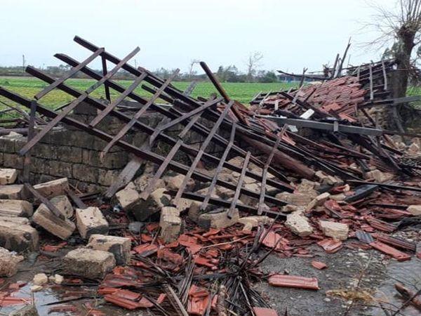 विसावदर के लेरिया गांव में बर्बाद एक घर का मंजर।