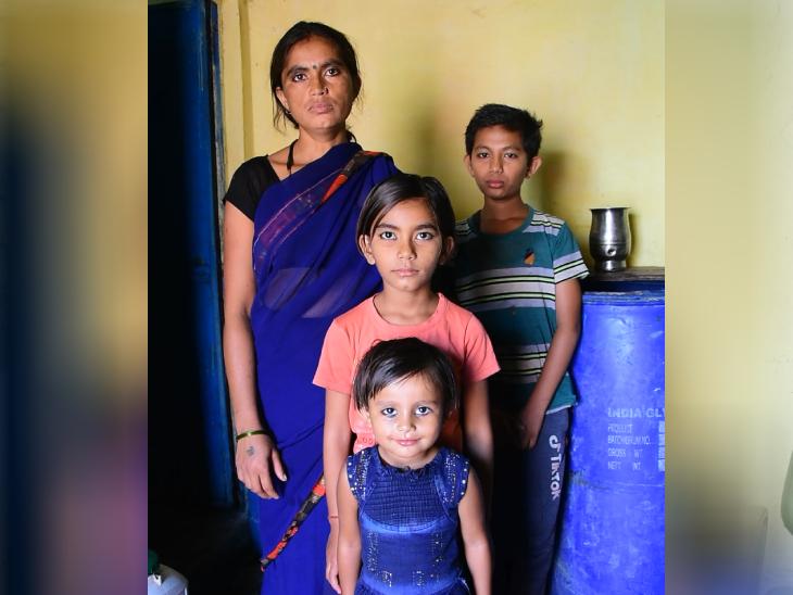 पिपलिया पेंदे खान इलाके में रहने वाली रामदेवी हजारिया बाई का काम करती हैं। बेटे के ऑनलाइन क्लास के लिए उन्हें पिछले साल नया फोन लेना पड़ा था।