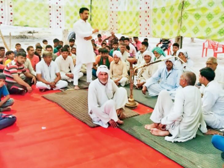 जींद | रूपगढ़ गांव में आयोजित पंचायत में शामिल ग्रामीण। - Dainik Bhaskar