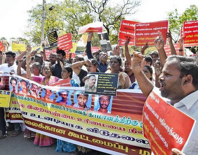 मदुरै में राजीव के हत्यारों की रिहाई के समर्थन में प्रदर्शन करते तमिल संगठनों के कार्यकर्ता।