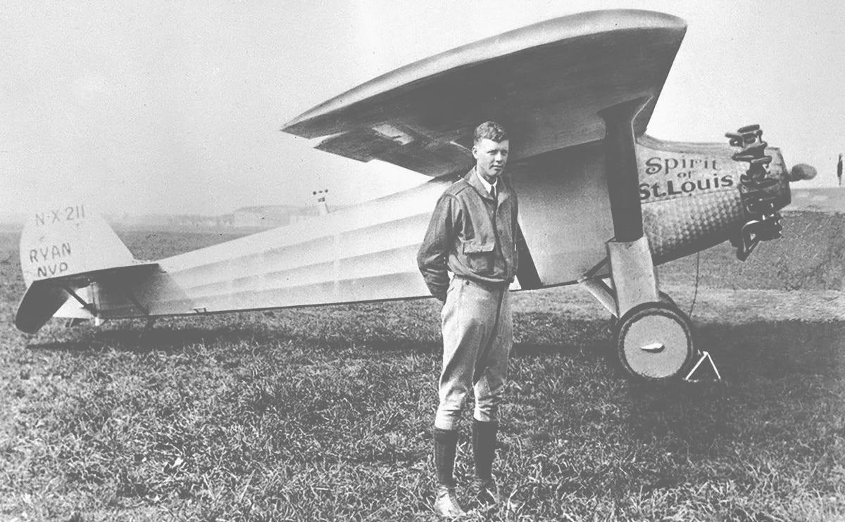 1927 में 21 मई को ही अमेरिका के पायलट चार्ल्स लिंडनबर्ग ने एक छोटे से विमान से न्यूयॉर्क से पेरिस के बीच बिना रुके पहली अटलांटिक पार उड़ान भरी।