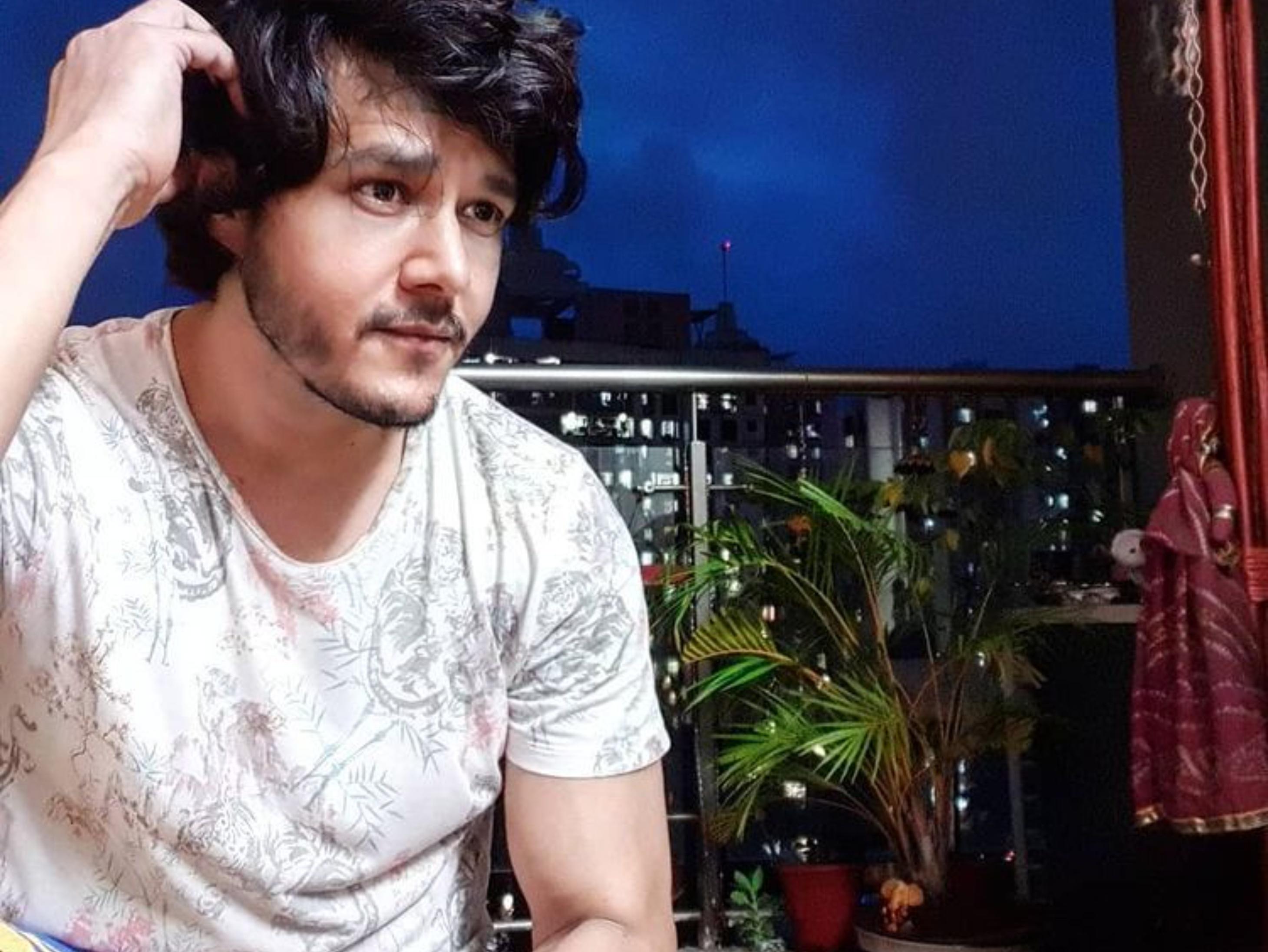 22 दिन से हॉस्पिटलाइज हैं अनिरुद्ध दवे, 14 दिन बाद आईसीयू से बाहर आकर लिखा- 85% इन्फेक्शन हुआ है वक्त लगेगा बॉलीवुड,Bollywood - Dainik Bhaskar
