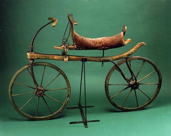 1819 में 21 मई को अमेरिका के न्यूयॉर्क शहर की सड़कों पर पहली बार साइकिल देखी गई। तस्वीर में नजर आ रही साइकिल को उस समय स्विफ्ट वॉकर कहा जाता था। उस समय इसमें पैडल नहीं था। पहिए चलने में मदद करते थे, इस वजह से इसे यह नाम दिया गया।