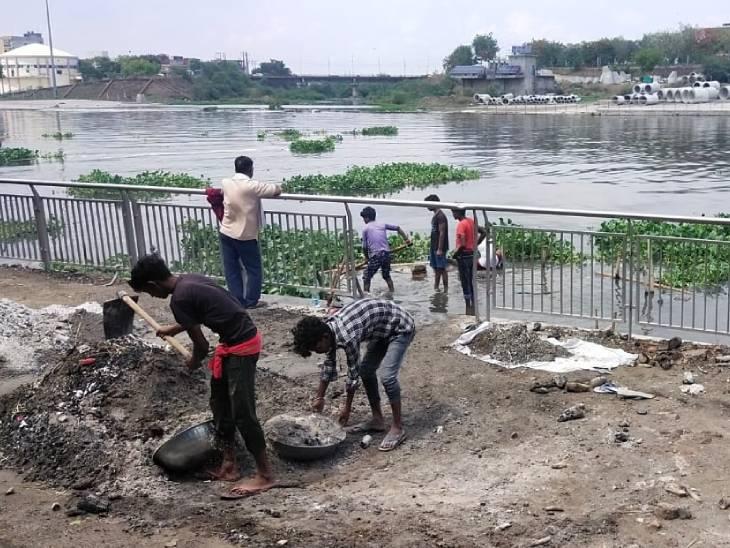 सोने की लालच में मृतकों की चिता की राख बहा रहे हैं नदी में, छान छान कर ढूंढ रहे गहने|उत्तरप्रदेश,Uttar Pradesh - Dainik Bhaskar