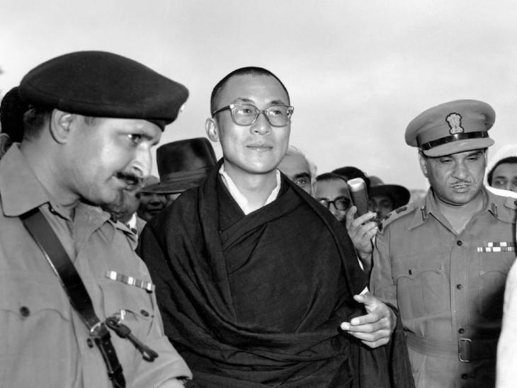 तिब्बत से भागकर असम के तेजपुर आए दलाई लामा।