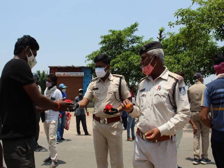 कोरोना कर्फ्यू तोड़ने वालों को अब लाठी न चालान, फूल देकर घर भेज रही रीवा पुलिस रीवा,Rewa - Dainik Bhaskar