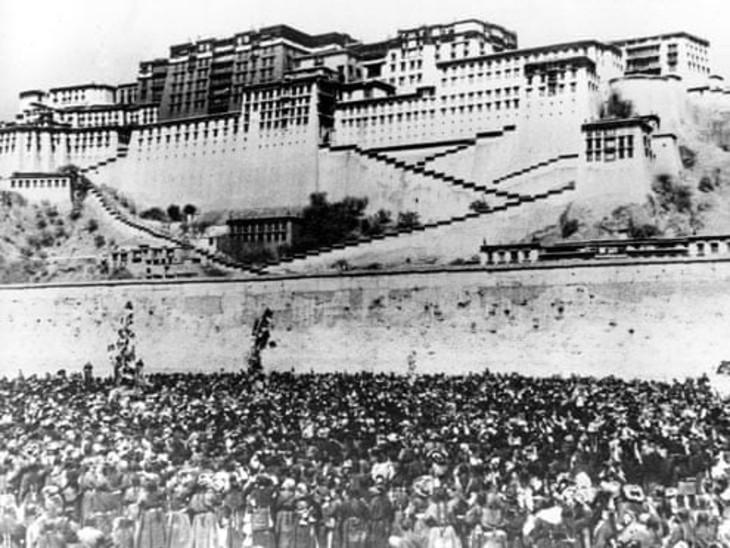 दलाई लामा को बंधक बनाने की खबरों के बाद हजारों की संख्या में तिब्बती लोग दलाई लामा के महल के आसपास इकट्ठा हो गए थे।