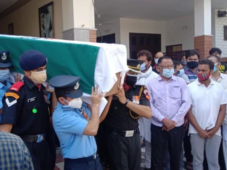 बेटे के मिलिट्री कॉलेज की टी-शर्ट पहनकर पिता ने शहीद अभिनव को सैल्यूट किया, रोते हुए पत्नी ने दी सलामी उत्तरप्रदेश,Uttar Pradesh - Dainik Bhaskar