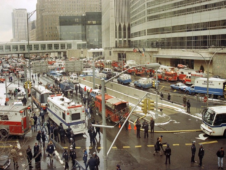 धमाके के बाद न्यूयॉर्क की वेस्ट स्ट्रीट पर एंबुलेंस, फायर ब्रिगेड और सुरक्षाबलों के जवानों की भीड़।