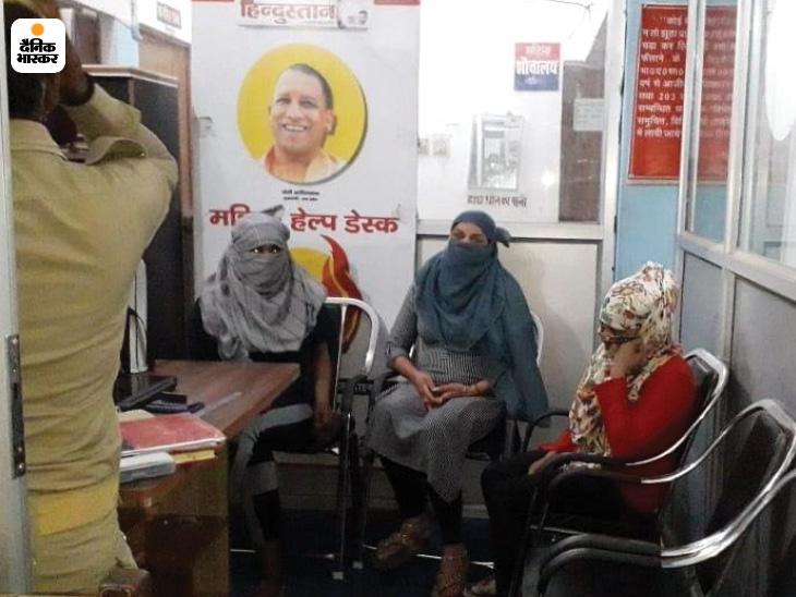 पुलिस थाने में गिरफ्तार युवतियां। - Dainik Bhaskar