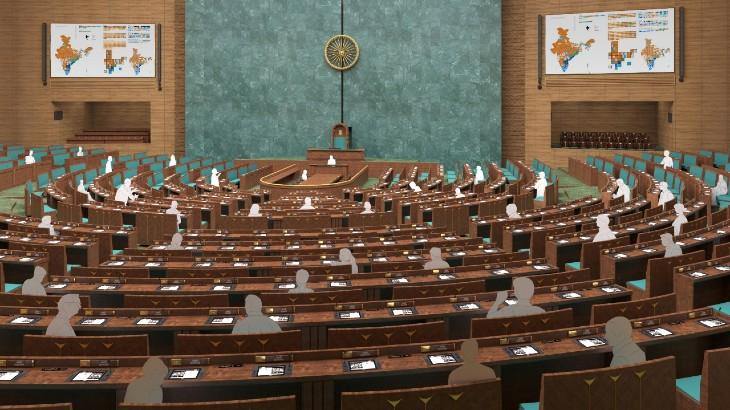 नई संसद बिल्डिंग में लोकसभा में इस तरह का सीटिंग अरेन्जमेंट होगा। हर सीट के आगे डेस्क भी लगी होगी। मौजूदा लोकसभा परिसर में सिर्फ पहली दो रो में डेस्क हैं।