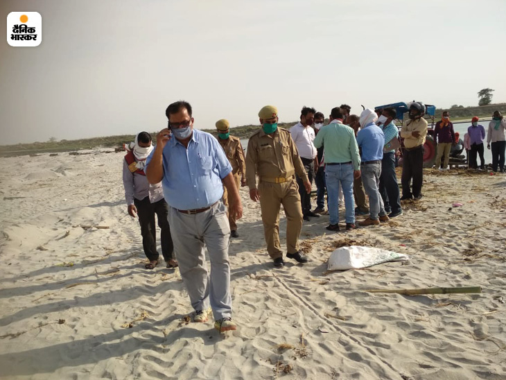 प्रशासन के अधिकारी और पुलिसकर्मी सोमवार सुबह भी जायजा लेने घाट पर पहुंचे थे।