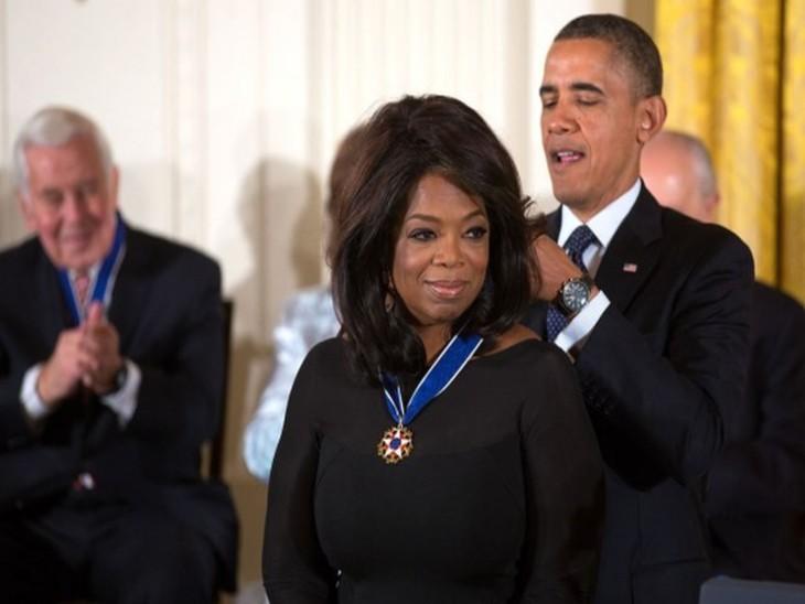 नवंबर 2013 में व्हाइट हाउस में आयोजित एक कार्यक्रम में अमेरिका के राष्ट्रपति बराक ओबामा ओप्रा विन्फ्रे को प्रेसिडेंशियल मेडल ऑफ फ्रीडम से सम्मानित करते हुए।