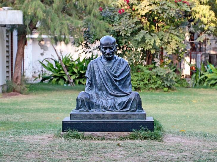 साबरमती आश्रम में स्थित गांधी जी की प्रतिमा।