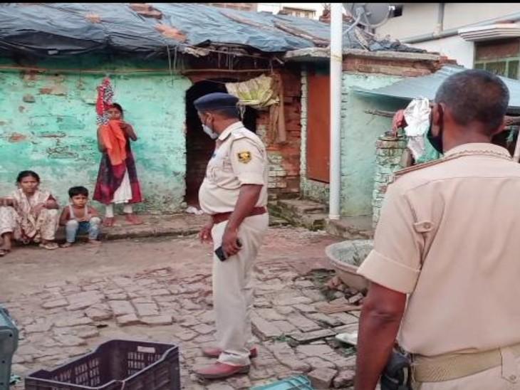 मामले की जांच-पड़ताल करती पुलिस। - Dainik Bhaskar