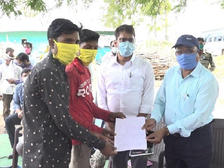 ग्रामीणों ने अपनी मांगों का ज्ञापन संभागायुक्त को सौंपा था।इसके बाद SP के प्रस्ताव पर सुकमा कलेक्टर ने जांच के आदेश दिए हैं। - Dainik Bhaskar