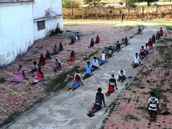 तस्वीर जशपुर के पत्थलगांव कोविड सेंटर की है। यहां मरीजों को शारीरिक और मानसिक रूप से स्वस्थ रहने के लिए योग अभ्यास करवाया जा रहा है।