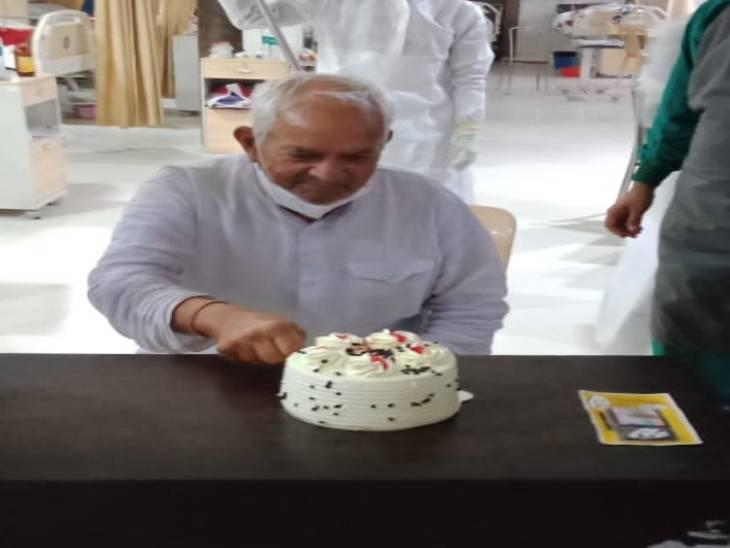 कोविड हॉस्पिटल में केक काटकर मनाया जश्न। - Dainik Bhaskar