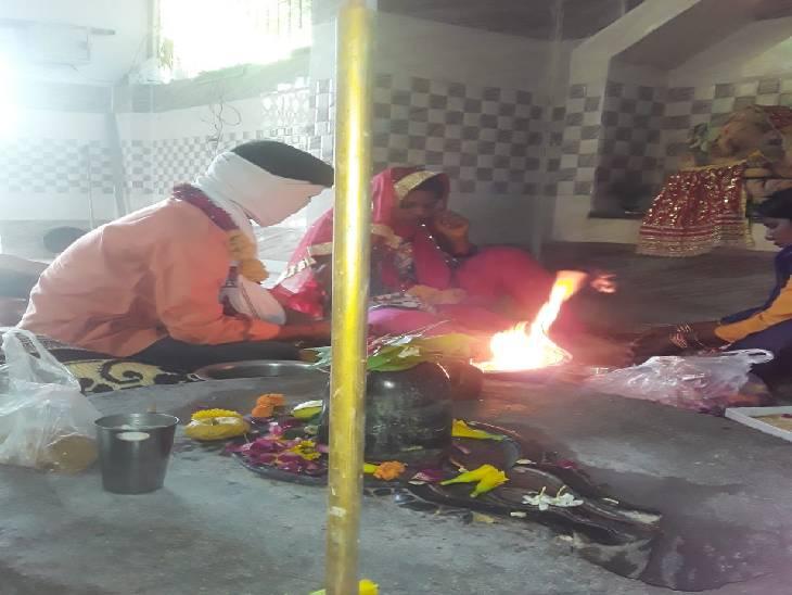 कानपुर में प्रेमी के साथ शादी करने मंदिर पहुंची लड़की, अचानक मां भी पहुंच गई, खूब हंगामा काटा उत्तरप्रदेश,Uttar Pradesh - Dainik Bhaskar