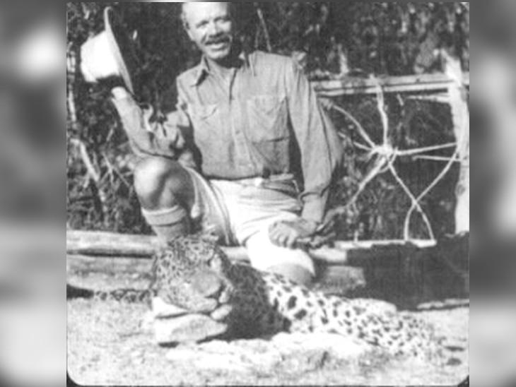 आदमखोर तेंदुए के शव के साथ जिम कॉर्बेट।