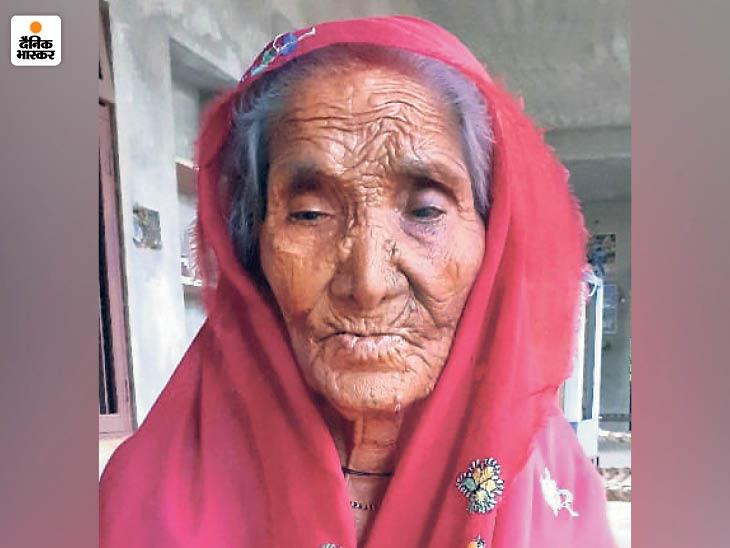 9 मई को अपर्णा सुशांता (50) ने कोरोना की वजह से दम तोड़ दिया। बेटे दिनेश ने अंतिम संस्कार के लिए प्रशासन से मदद मांगी, लेकिन किसी ने उसकी मदद नहीं की।