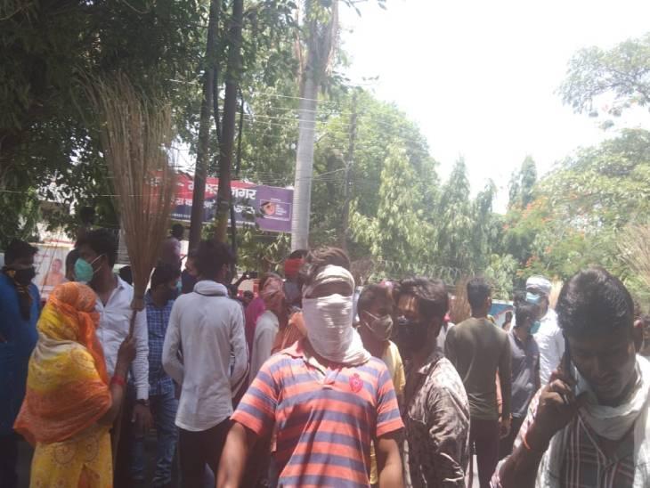 लखनऊ नगर निगम कर्मचारी की कार की टक्कर से मौत, आक्रोशित कर्मचारियों ने थाने पर किया हंगामा|उत्तरप्रदेश,Uttar Pradesh - Dainik Bhaskar