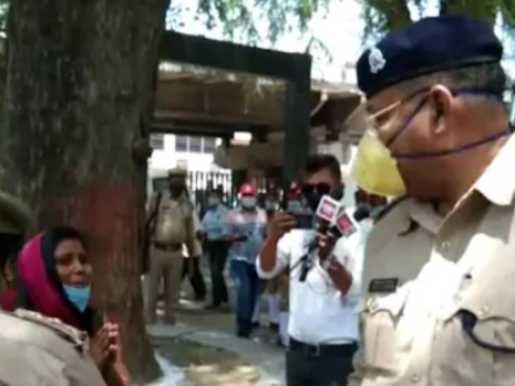 डिप्टी CM से मिलने की फरियाद लेकर पहुंची महिला को CO ने दुत्कारा, हाथ जोड़कर पैर पकड़ना चाहा तो कहा- हट बकवास कर रही है लखनऊ,Lucknow - Dainik Bhaskar