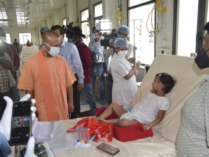 जिला अस्पताल में भर्ती बच्चों से CM ने पूछा- दवा और बेहतर इलाज तो मिल रहा न, कोई दिक्कत तो नहीं|गोरखपुर,Gorakhpur - Dainik Bhaskar