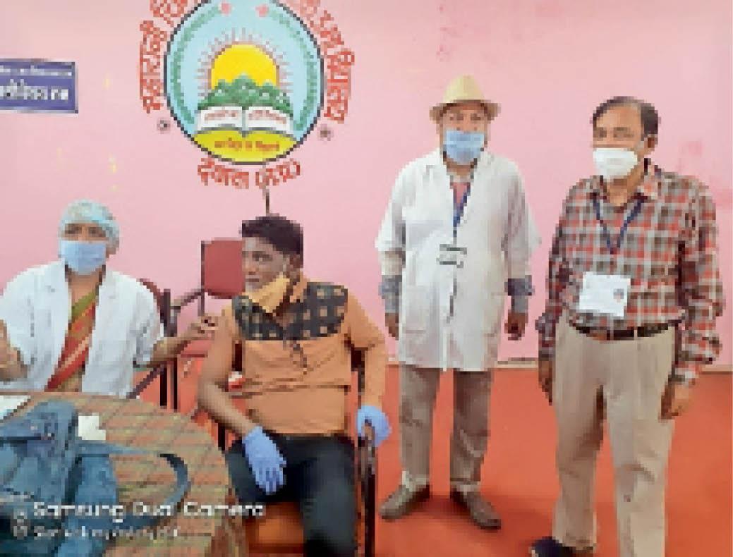 तारक मेहता का उल्टा चश्मा के अय्यर ने लगवाई वैक्सीन देवास,Dewas - Dainik Bhaskar