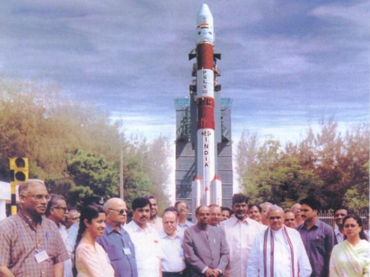 श्रीहरिकोटा में वैज्ञानिकों के साथ मौजूद अटल बिहारी वाजपेयी।
