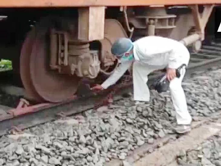 बंगाल के ईस्ट मिदनापुर में चक्रवात के दौरान एक्सीडेंट से बचाने ट्रेनों को चैन से बांधा गया।