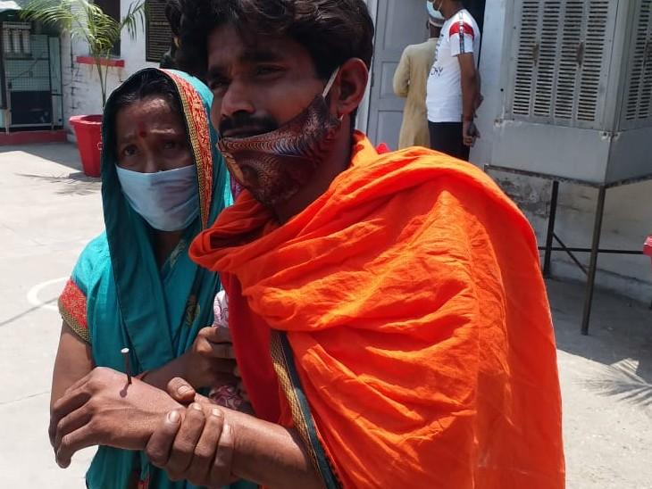 फोटो बरेली की है। युवक थाने में अपनी मां के साथ पहुंचा। आरोप लगाया कि पुलिस ने ही उसके हाथ और पैर में कीलें ठोक दी हैं।