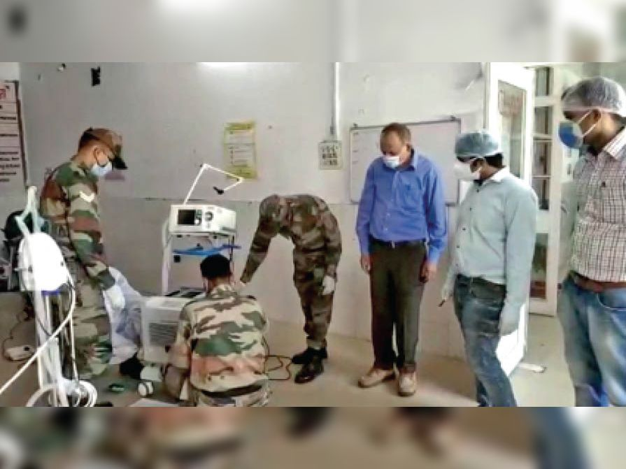 झांसी से आए सेना के इंजीनियरों ने जिला अस्पताल के वेंटीलेटर और कंसंट्रेटर सुधारे|छतरपुर (मध्य प्रदेश),Chhatarpur (MP) - Dainik Bhaskar
