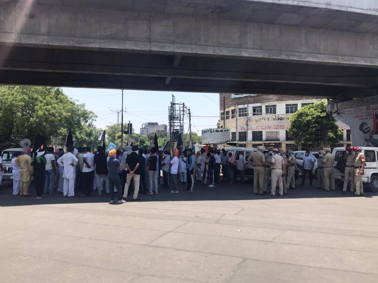 महामारी के खतरे में किसानों ने भीड़ इकट्ठी कर फूंका PM मोदी का पुतला, पुलिस के सामने ही टूटे कोरोना नियम जालंधर,Jalandhar - Dainik Bhaskar