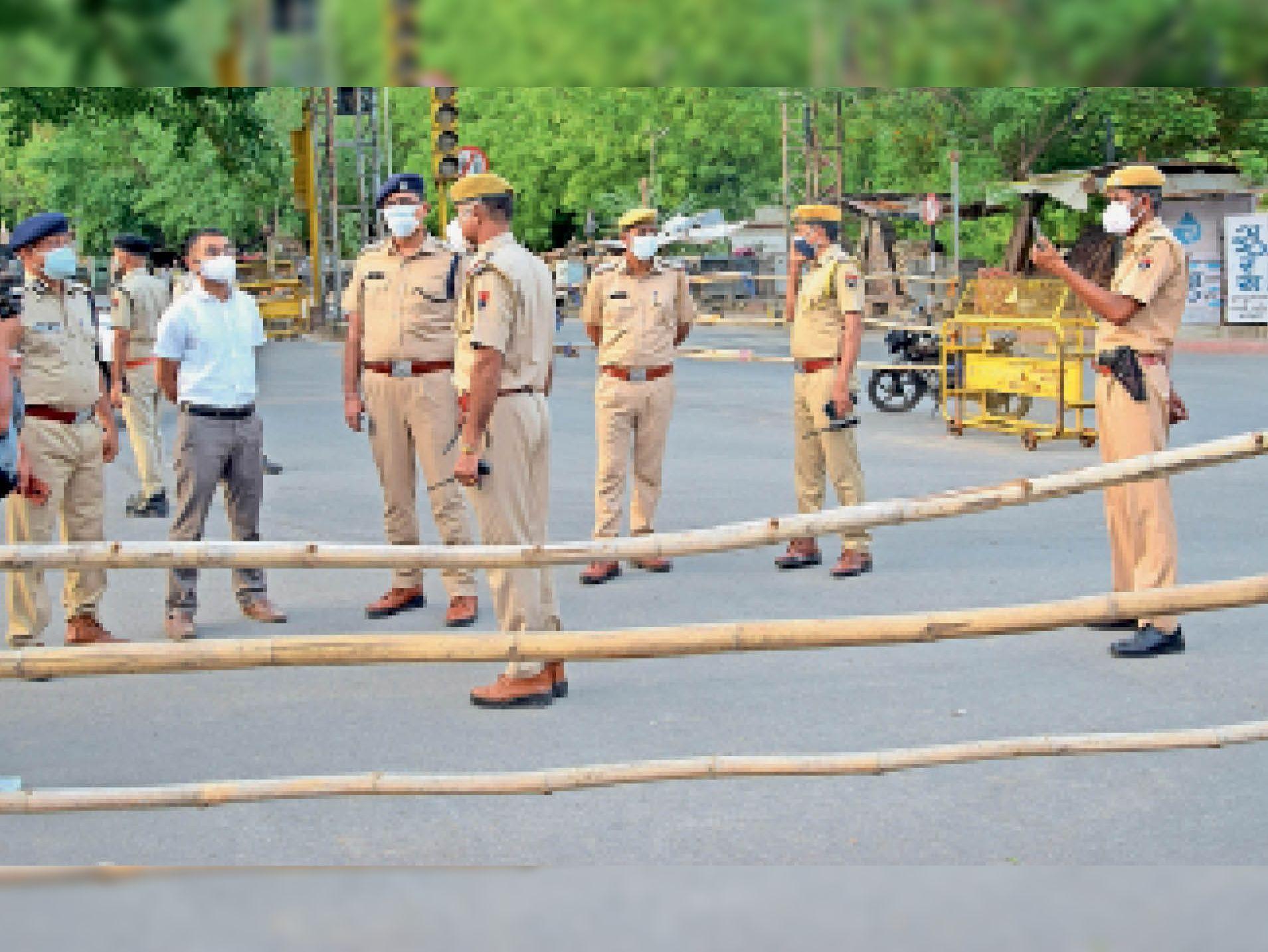 कोरोनाकाल के दौरान जारी नई गाइडलाइन की पालना सुनिश्चित करने के लिए कड़े इंतजाम किए गए हैं। शहर में विभिन्न व्यवस्थाओं का निरीक्षण करते कलेक्टर व एसपी। - Dainik Bhaskar