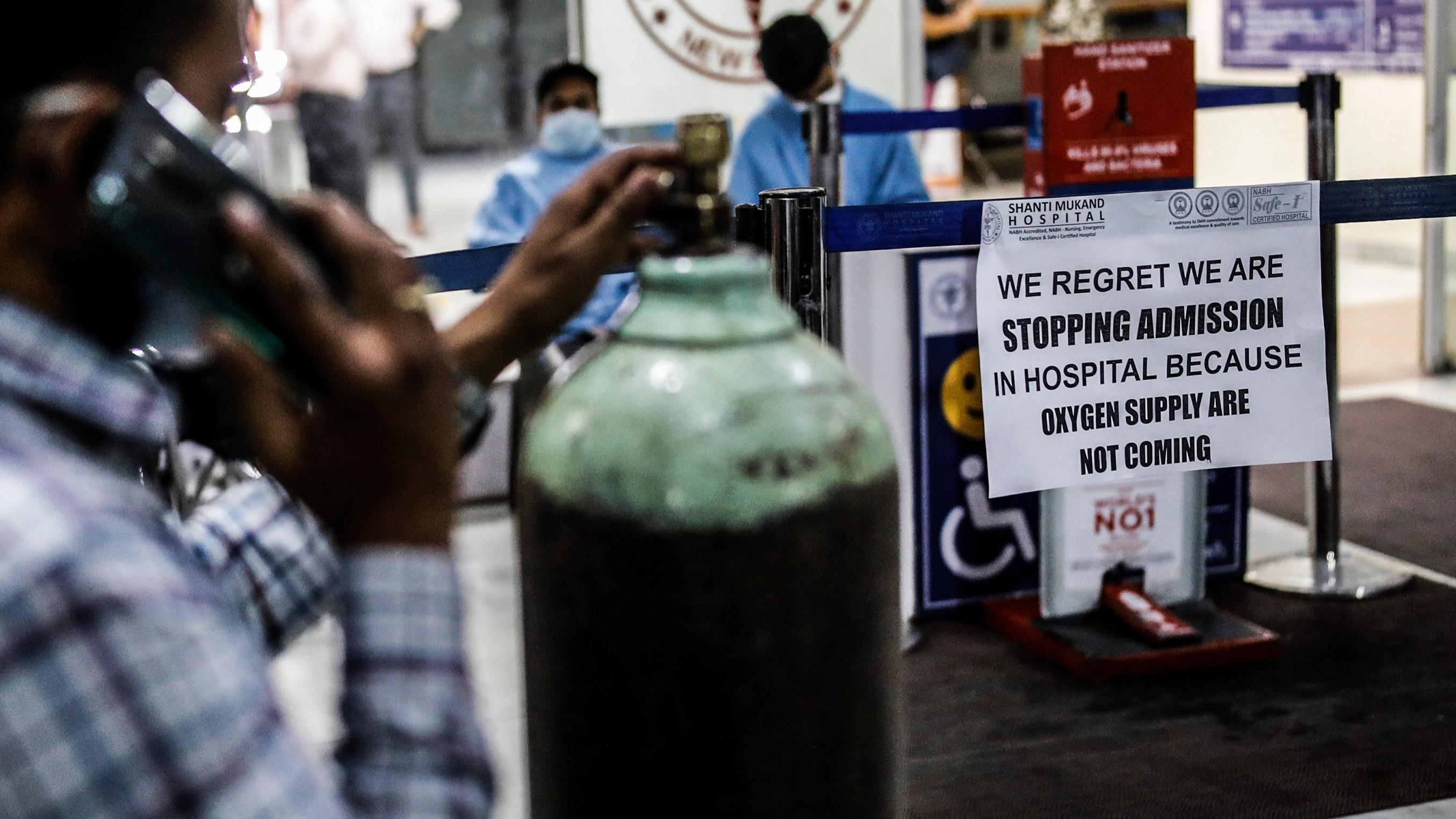 ऑक्सीजन की कमी की वजह से अप्रैल में अस्पतालों ने मरीजों को भर्ती करने से इनकार करना शुरू कर दिया था। इसका असर यह हुआ कि केंद्र सरकार ने ऑक्सीजन के उद्योगों में इस्तेमाल पर रोक लगाकर उसे मेडिकल इस्तेमाल के लिए डायवर्ट किया।