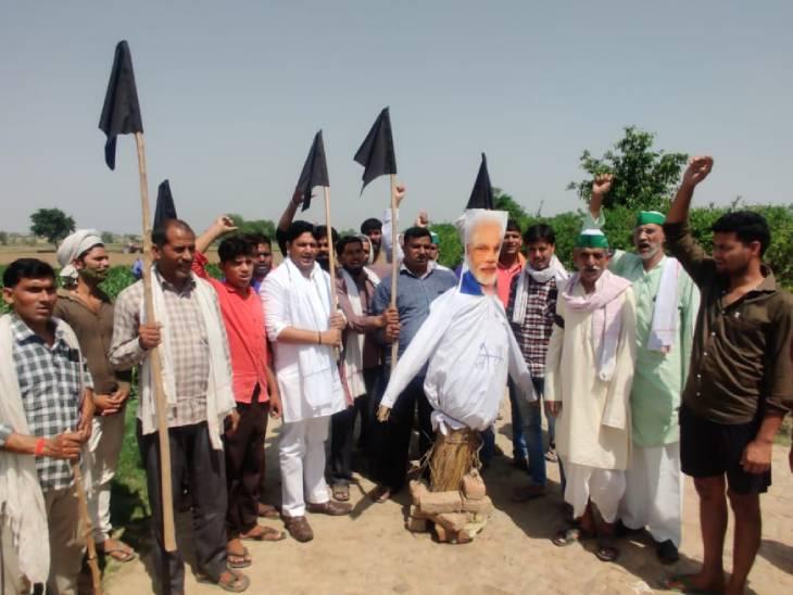 कृषि कानूनों के खिलाफ आंदोलन को छह माह पूरे होने पर किसानों ने केंद्र सरकार के खिलाफ की नारेबाजी|मथुरा,Mathura - Dainik Bhaskar