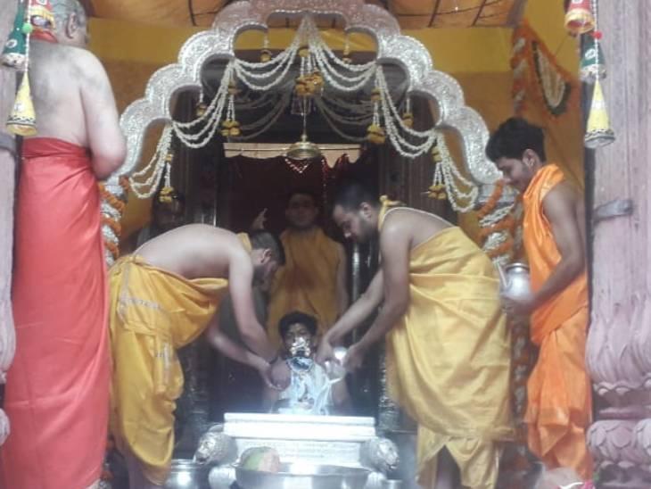शालिग्राम से प्रगट भगवान राधा रमण का मनाया गया प्राकट्य उत्सव; भक्तों ने किए ऑनलाइन दर्शन|मथुरा,Mathura - Dainik Bhaskar