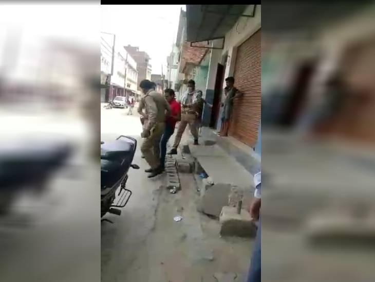 घर के बाहर खड़े युवक को दो पुलिसकर्मी घसीटते हुए ले गए थाने, जमकर पीटा|वाराणसी,Varanasi - Dainik Bhaskar