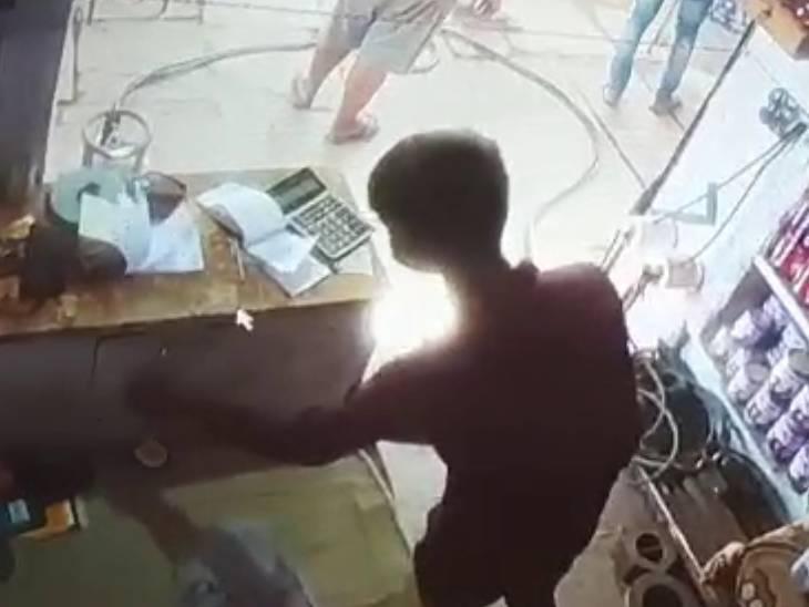 आगरा में बच्चा चोर गैंग ने हार्डवेयर की दुकान से चुराए 7 हजार, ग्राहक की जेब से 50 निकालते वक्त धरे गए|आगरा,Agra - Dainik Bhaskar