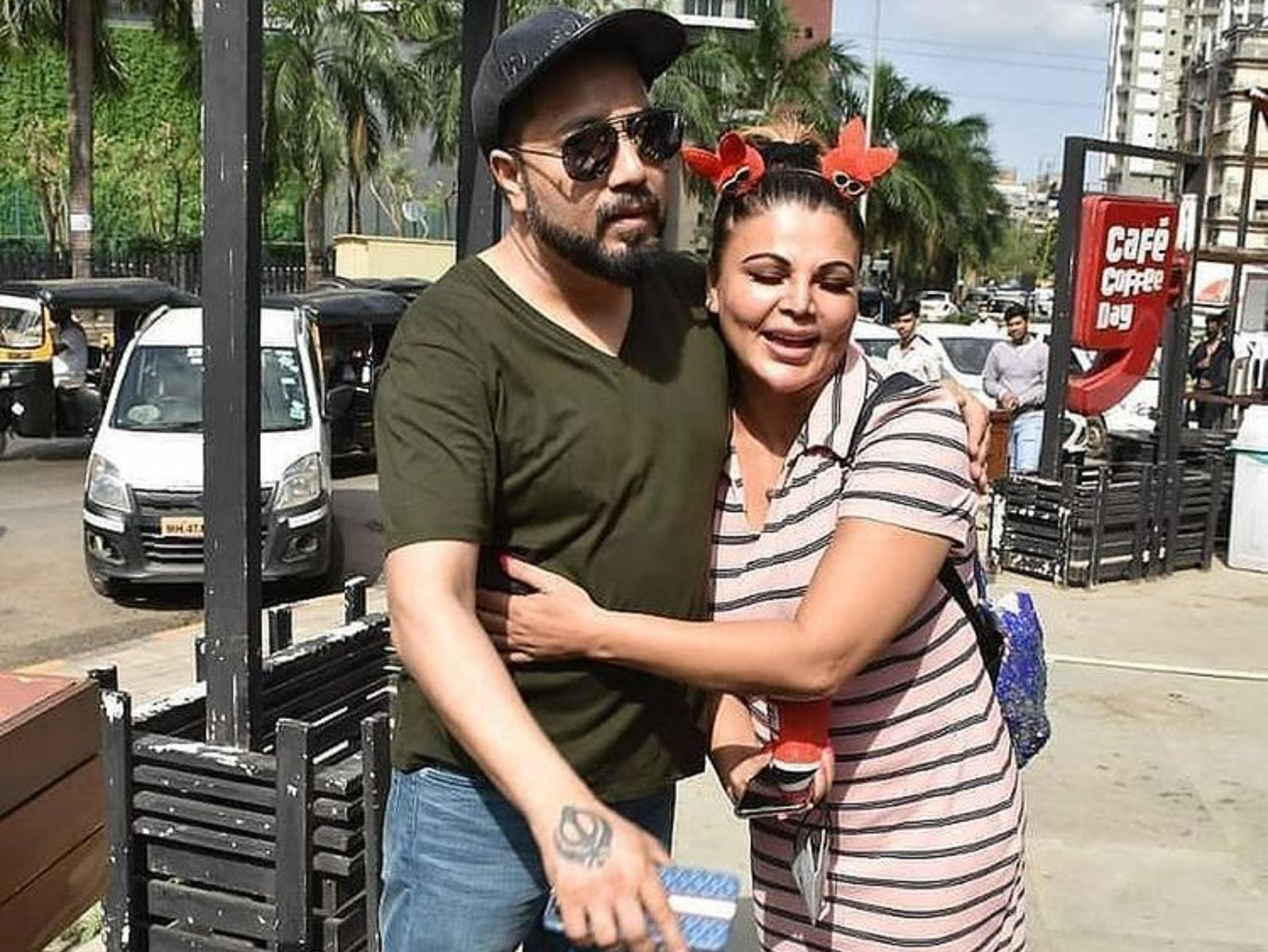 15 साल बाद Kissing कंट्रोवर्सी भुलाकर गले लगे मीका सिंह-राखी सावंत, राखी ने पैर छुए और सिंगर की तारीफ भी की बॉलीवुड,Bollywood - Dainik Bhaskar