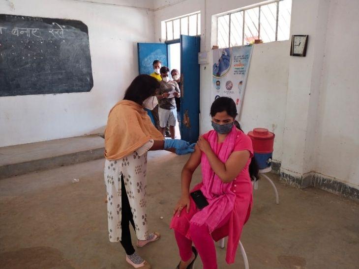 बारिश के बाद भी रांची के 27 केंद्रों पर जारी है कोरोना का टीकाकरण, ग्रामीण क्षेत्रों में चलाया जा रहा है एंटीजेन टेस्ट अभियान|रांची,Ranchi - Dainik Bhaskar