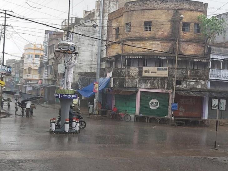 यास चक्रवात का असर मुंगेर में भी दिख रहा है। जिले में तेज हवा के साथ बारिश हुई है।