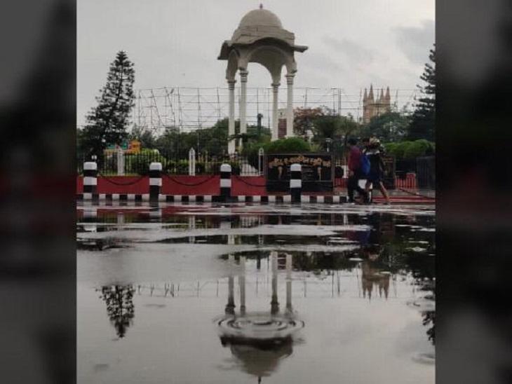 पटना में बारिश के बाद कारगिल चौक पर कुछ ऐसा नजारा दिखा।